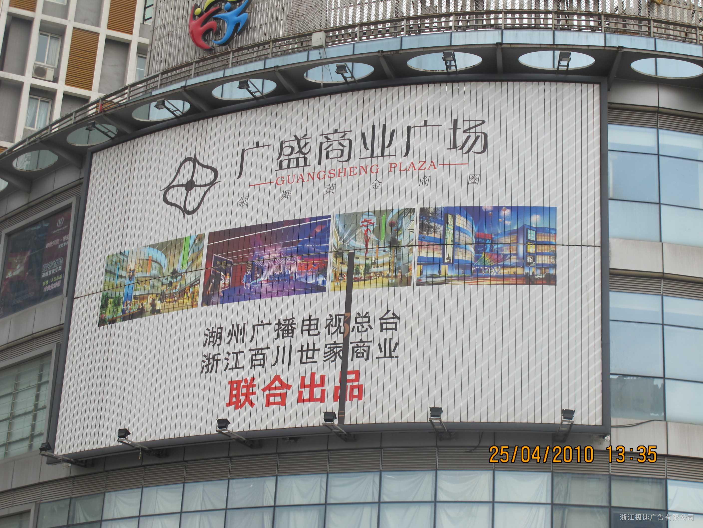 三面翻广告牌的设计要尽可能实现简洁化,做到别具匠心,从尺寸大小